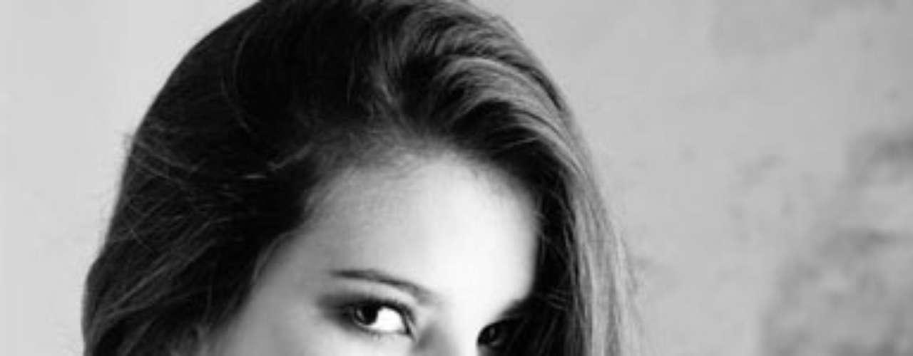 Miss Uruguay - Camila Vezzoso. Nació en Artigas el 29 de octubre de 1994. Es una modelo profesional y como actividad paralela, cursa estudios de Economía en su país. Mide 1.74 metros de estatura. Su cabello es castaño y sus ojos color café.