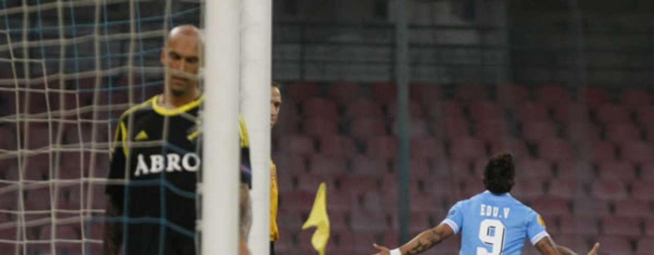 El chileno fue la figura de la cancha al anotar los tres goles en la victoria de su elenco por 4-0 ante AIK de Suecia en el estreno de la Europa League.