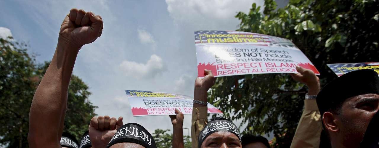 En Malasia, miles de musulmanes recorrieron las calles de Kuala Lumpur hasta llegar a la Embajada de EE.UU. en una marcha en la que grupos de manifestantes quemaron banderas de Israel y EE.UU. y gritaron \