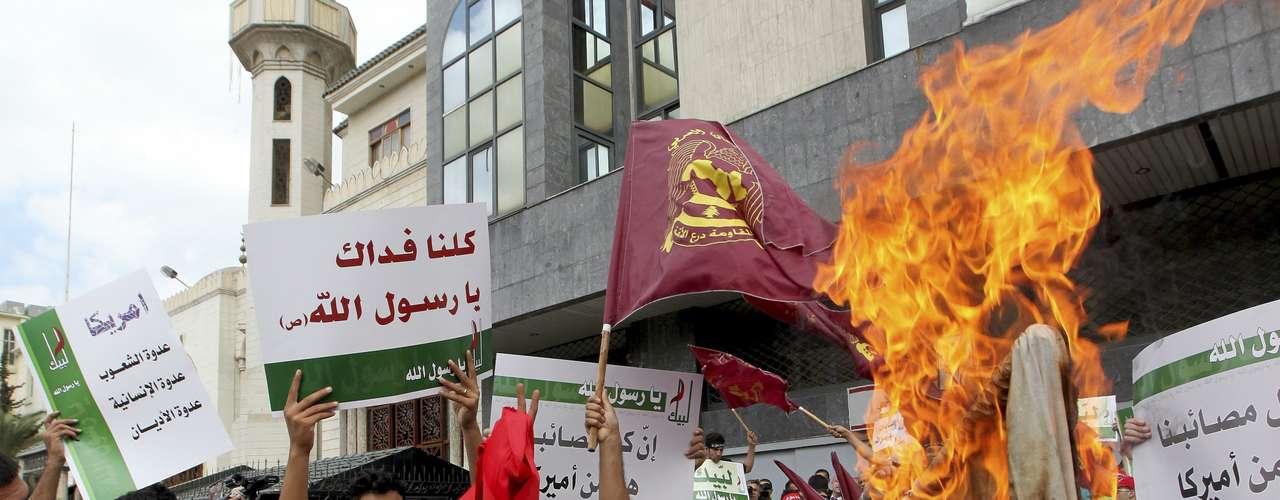 En una nueva marcha convocada por Hizbulá (Partido de Dios) y otros grupos chiíes, miles de personas salieron a las calles de la ciudad libanesa de Baalbeck, en el este del país, para protestar por el video. Durante la marcha se quemó una bandera israelí y los congregados corearon eslóganes como 'Muerte a Estados Unidos e Israel'.