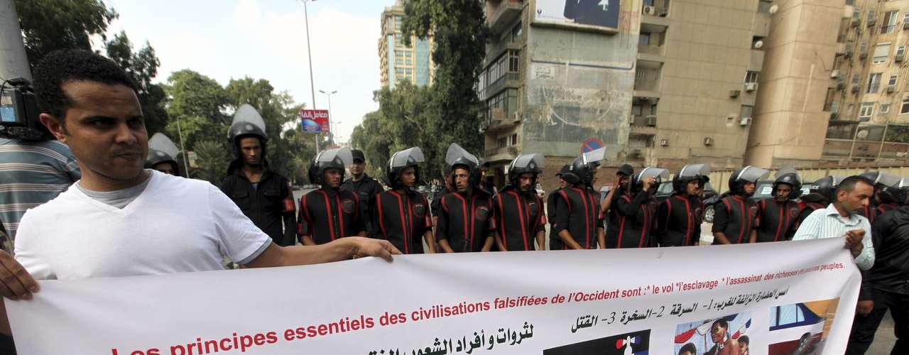 Más allá de la furia por el controversial video, decenas de personas se manifestaron frente a las sedes diplomáticas de Francia en las ciudades de El Cairo y Alejandría, para protestar contra las caricaturas del profeta Mahoma difundidas esta semana por la revista satírica gala \