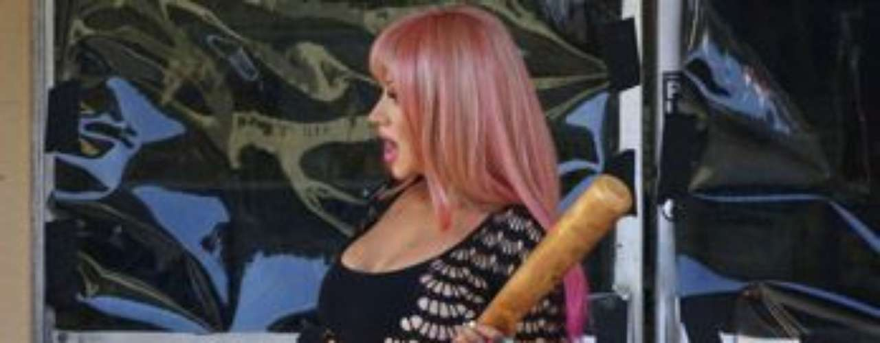 Aguilera, quien está muy feliz con su actual figura y hasta se ríe de quienes la critican, utiliza un bate para matar a un caballero en el la historia.