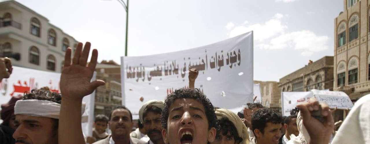 En Yemen, unos doscientos manifestantes se congregaron frente a la embajada de Estados Unidos en Saná para protestar contra un polémico video sobre el profeta Mahoma sin que se registraran incidentes. Los manifestantes se mantuvieron a cierta distancia de las fuerzas antidisturbios que custodiaban la embajada y cantaron lemas como \