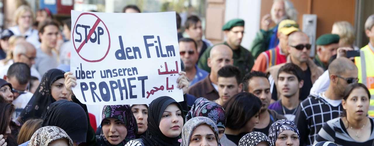Por su parte en Alemania, centenares de musulmanes se manifestaron pacíficamente en distintos puntos del país con pancartas como \