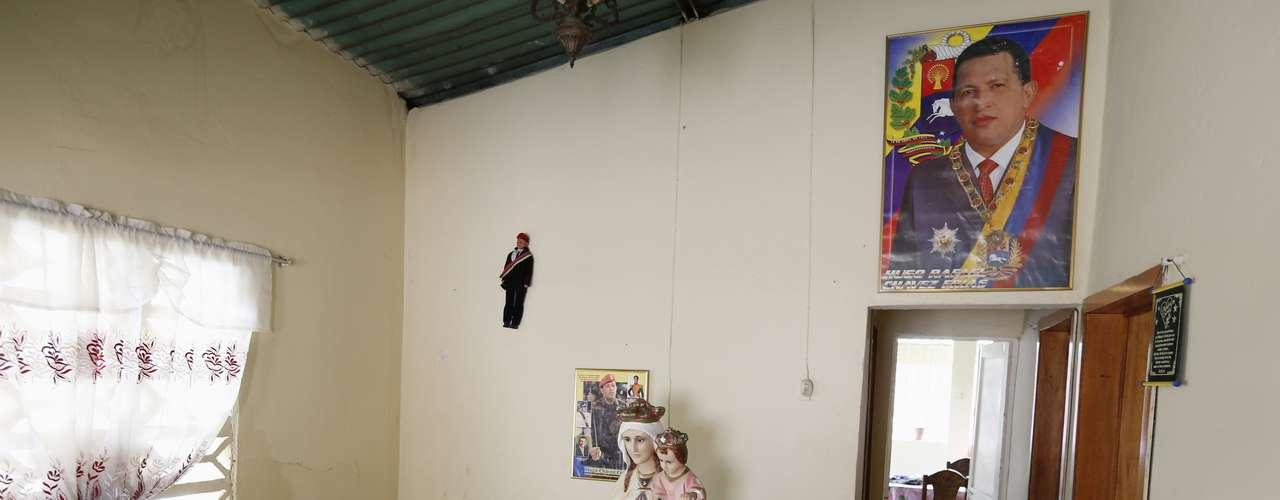 Esta es la casa de Brígida Frías, la tía de Chávez, quien en la sala de estar tiene retratos y una marioneta que representa al mandatario venezolano.