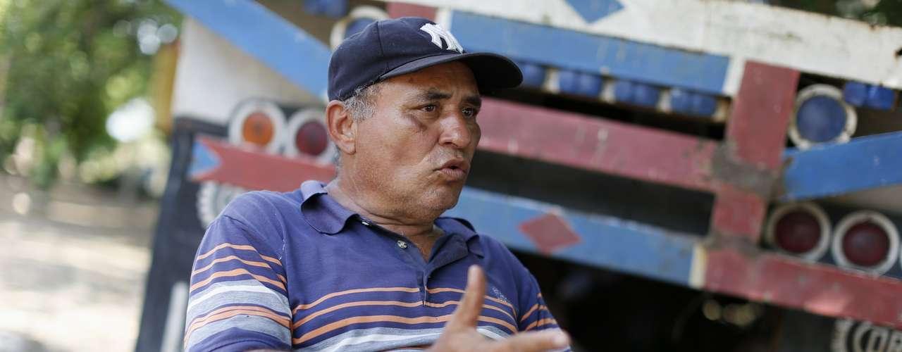 El es Guillermo Frías, primo del presidente de Venezuela, Hugo Chávez, quién recuerda la niñez del mandatario frente a su casa de Los Rastrojos en el estado de Barinas.