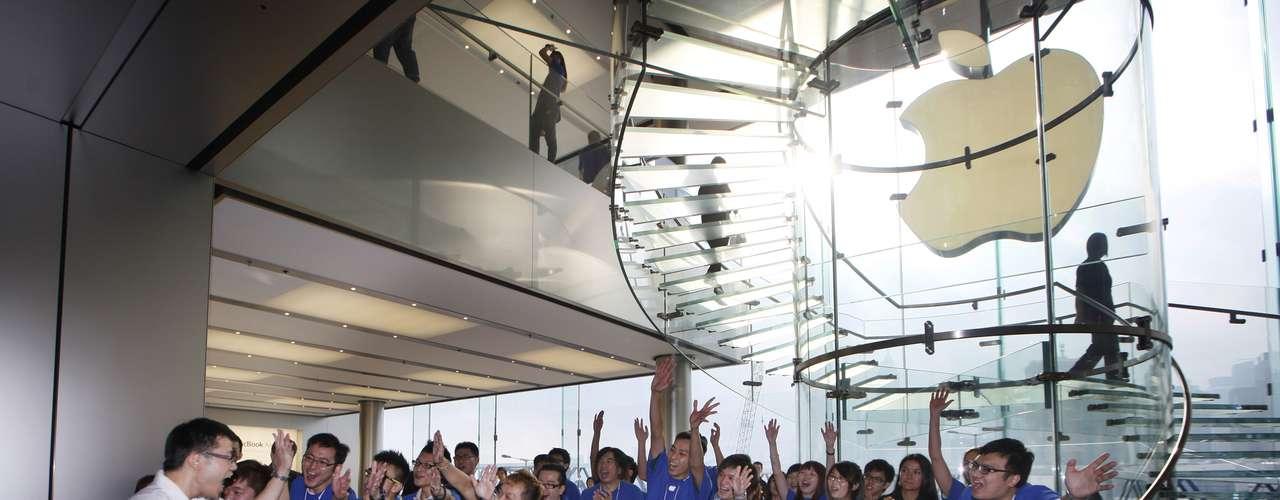 Otras personas vinieron también para hacer negocios en un mercado negro que se organizó delante del Apple Store de Hong Kong.