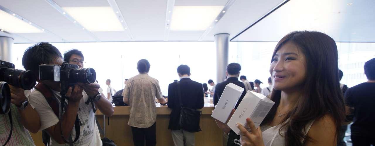 El nuevo teléfono de Apple también se pone a la venta este viernes en otros cinco países (Alemania, Canadá, Estados Unidos, Francia y Reino Unido) aunque en Francia los trabajadores de las tiendas de la marca amenazaron con hacer huelga para pedir aumentos de sueldo y mejores condiciones laborales.