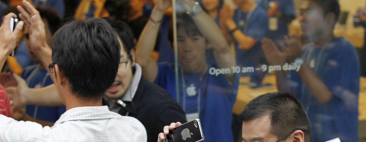 El consultor en tecnología Rob Enderle considera por su parte que Apple está perdiendo terreno frente a su principal competidor, el surcoreano Samsung, número uno mundial del sector, que ofrece teléfonos con pantallas más grandes.