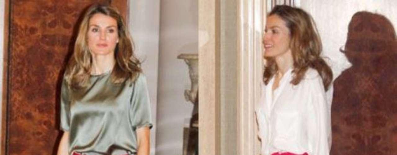 Aquí luce con la misma falda , aunque con diferente blusa.