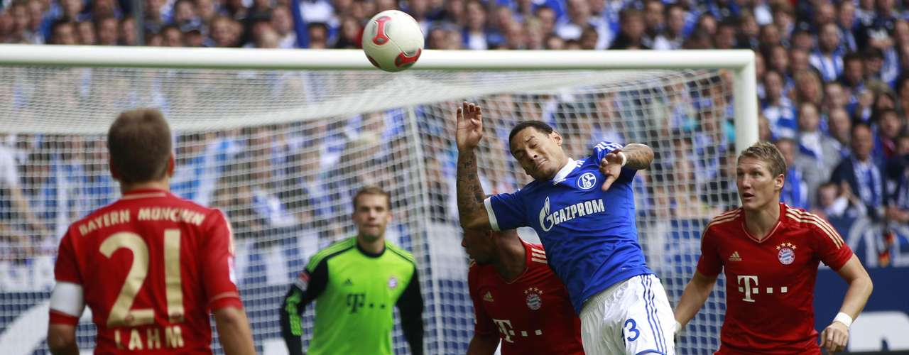 Schalke 04's Jermaine Jones tries to score against Bayern Munich.