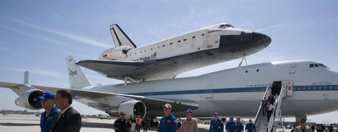 Autoridades de la NASA, políticos locales y responsables del museo de ciencias de la ciudad, destino final del aparato más joven de la flota de cinco transbordadores espaciales, recibieron a la aeronave frente a un hangar de United Airlines con una banda de música, alfombra roja y banderolas festivas.