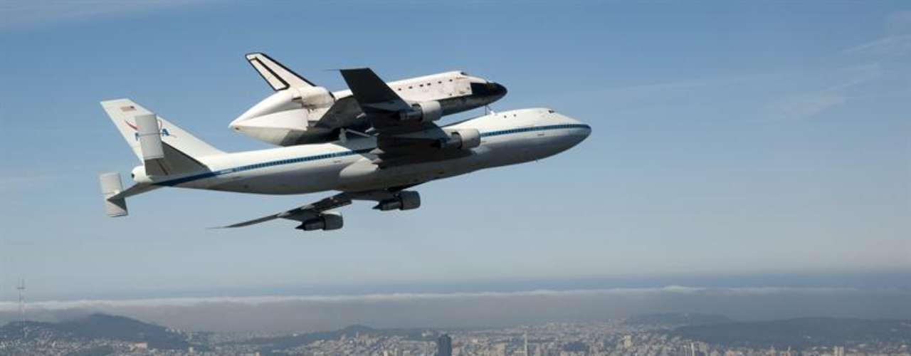 Los transbordadores estadounidenses, de los cuales tres se perdieron en accidentes que costaron la vida a 14 astronautas, fueron vehículos esenciales para la construcción de la Estación Espacial Internacional (EEI), un proyecto de más de 100.000 millones de dólares en el cual participan dieciséis países.