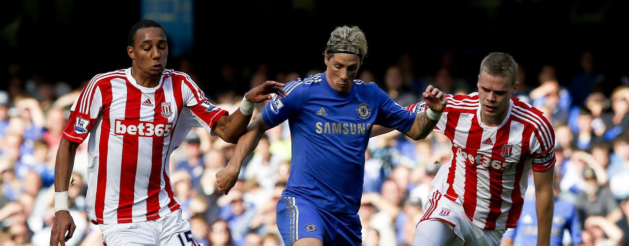 Chelsea's Fernando Torres (C) is challenged by Stoke City's Steven Nzonzi (L) and Ryan Shawcross.