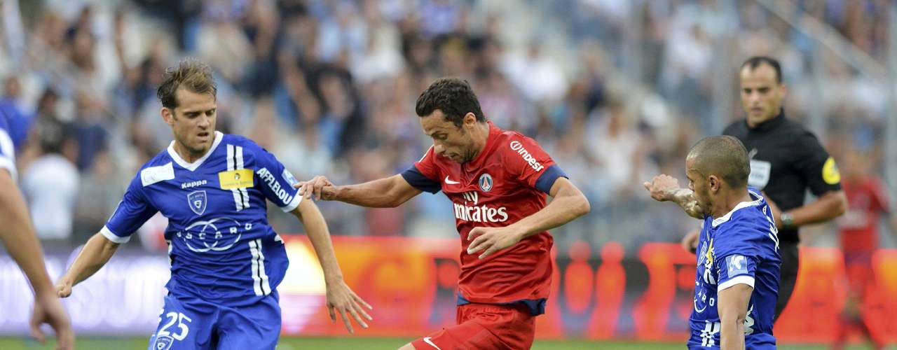 PSG's Nene (C) controls the ball against Jerome Rothen (L) and Gael Angoula (R) of Bastia .     REUTERS/Pierre Murati