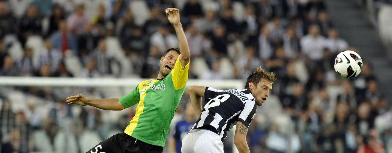 Juventus' Claudio Marchisio (R) challenges Perparim Hetemaj of Chievo Verona. REUTERS/Giorgio Perottino
