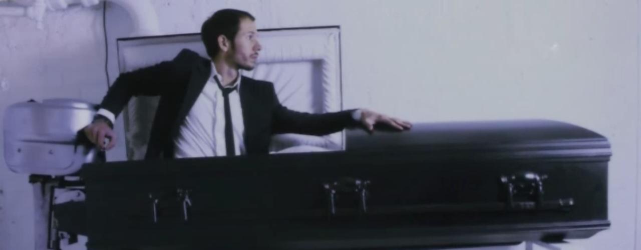 7 - Un ataúd-lancha para viajar al más allá. Una de las obras que el diseñador y artista chileno Sebastián Errazuriz está exhibiendo en la Rove Gallery de Londres es un ataúd-lancha. ¿Se atreverá el artista chileno a utilizarla cuando le llegue la hora?