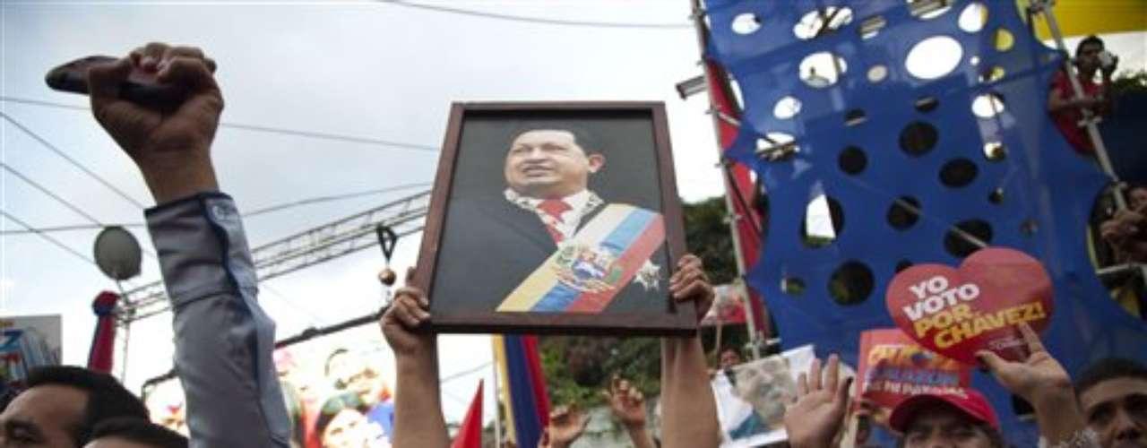 El mandatario de 58 años, favorito en la mayoría de las encuestas, se medirá en los comicios de octubre al ex gobernador opositor Henrique Capriles Radonski, de 40 años, que ha protagonizado una activa campaña recorriendo el país \