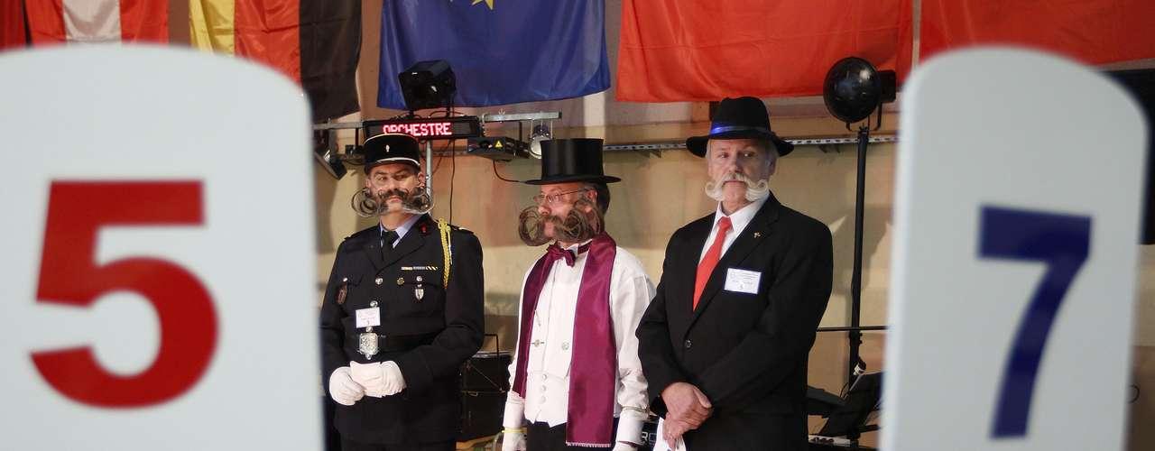 El jurado da su veredicto para elegir el mejor bigote europeo. Mientras, los participantes esperan nerviosos.