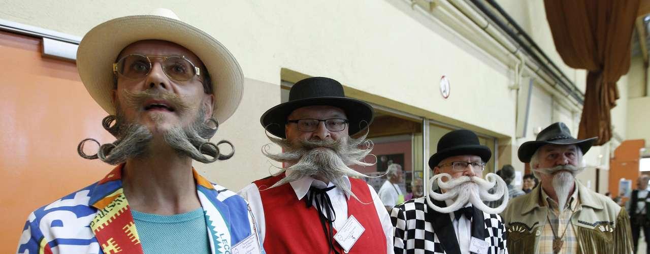 Los concursantes, esperando sobre el escenario para enseñar al jurado su barba o bigote.