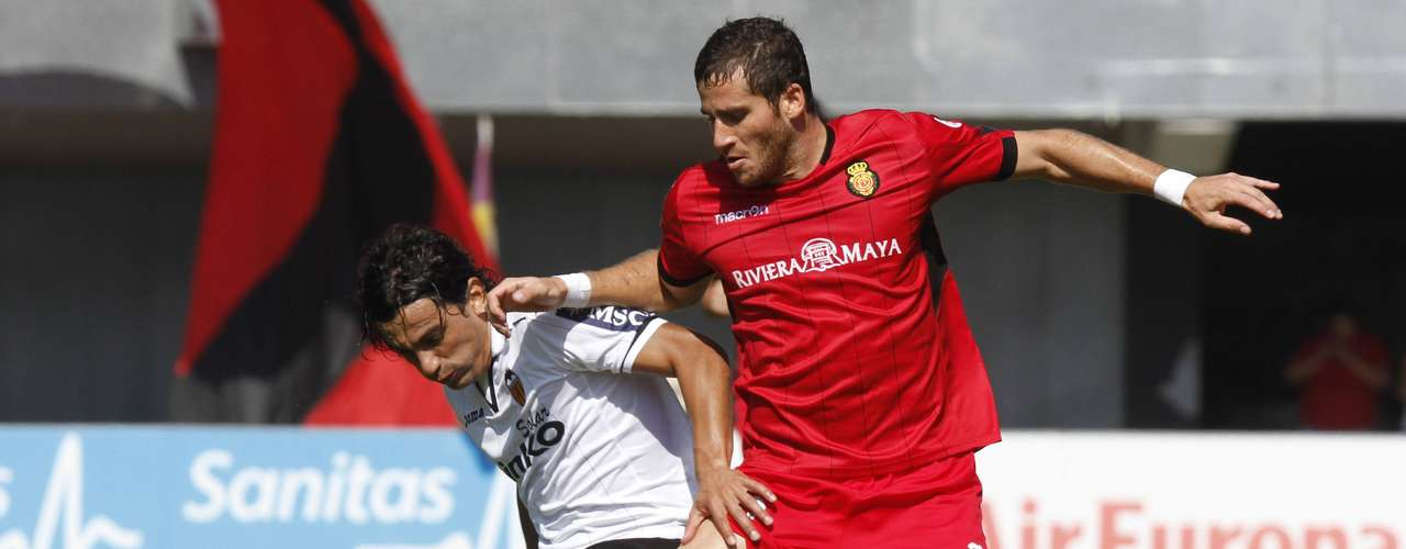 Mallorca's Tomer Hemed (R) fights for the ball with Valencia's Daniel Parejo during their Spanish First division soccer match at Iberostar stadium in Palma de Mallorca, September 23, 2012.