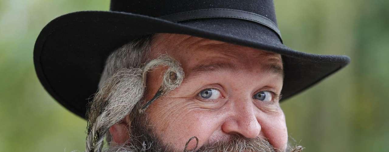 El peluquero alemán Elmar Weisser, de 48 años, posa con su barba que tiene la forma de una cigüeña.