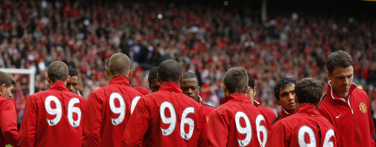 Liverpool and Manchester United players shake hands.