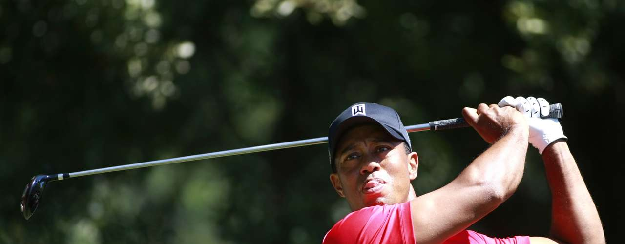 Tiger Woods of the U.S. hits from the third tee during the fourth round of the Tour Championship golf tournament at the East Lake Golf Club in Atlanta, Georgia, September 23, 2012. REUTERS/Tami Chappell (UNITED STATES - Tags: SPORT GOLF)