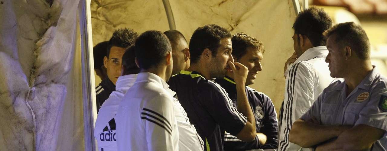 Los jugadores se mantuvieron afuera del túnel atentos a lo que sucedía.