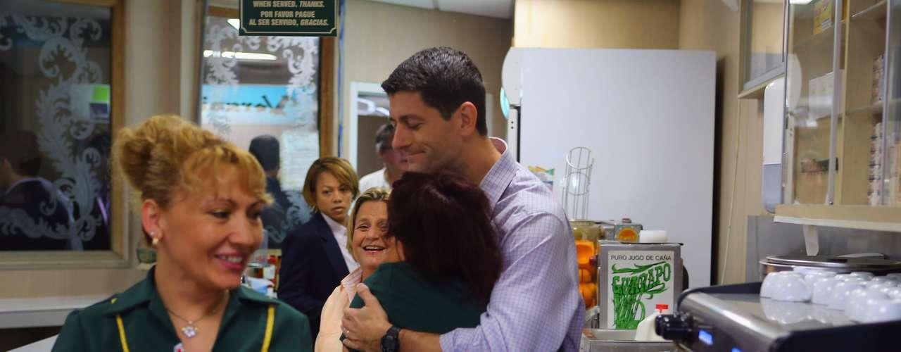 El candidato republicano a la vicepresidencia, Paul Ryan, visitó un popular restaurante, ícono del exilio cubano en Miami. Se trata de Versalles en el condado de Miami-Dade y allí hizo una promesa a esa comunidad.