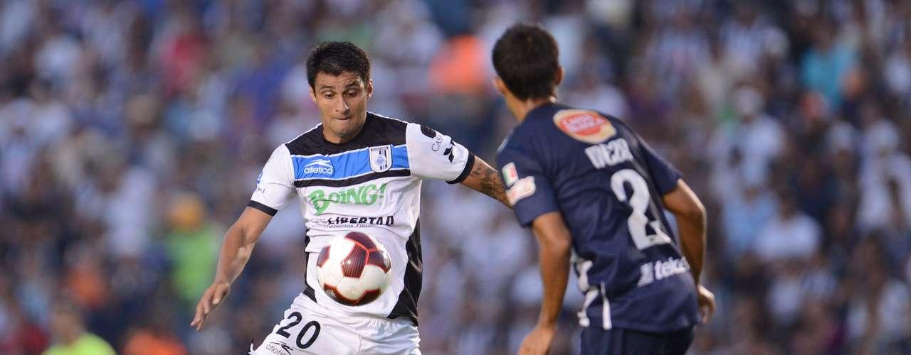 Carlos Bueno se dispone a tirar ante la marca de Severo Meza.
