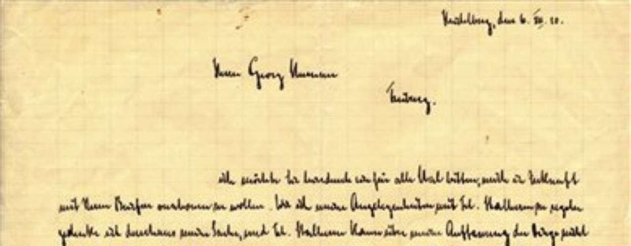 En un indicio temprano de su ego, Goebbels firmó algunos de sus materiales con varias rúbricas. Hacia los años postreros de la colección, Goebbels comenzó a mostrar tendencias antisemitas, dijo Panagopulos. Agregó que la casa subastadora sólo ha traducido un 10% de los documentos y que tuvo dificultades para descifrar la escritura de Goebbels.