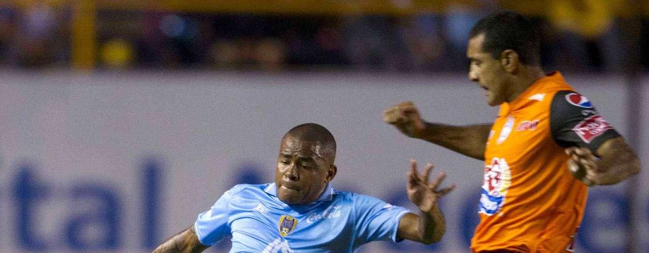 Wilmer Aguirre tuvo para anotar el segundo gol de San Luis sobre Pachuca luego de un pase de Luis Mendoza, pero voló su disparo con Cota fuera de acción.