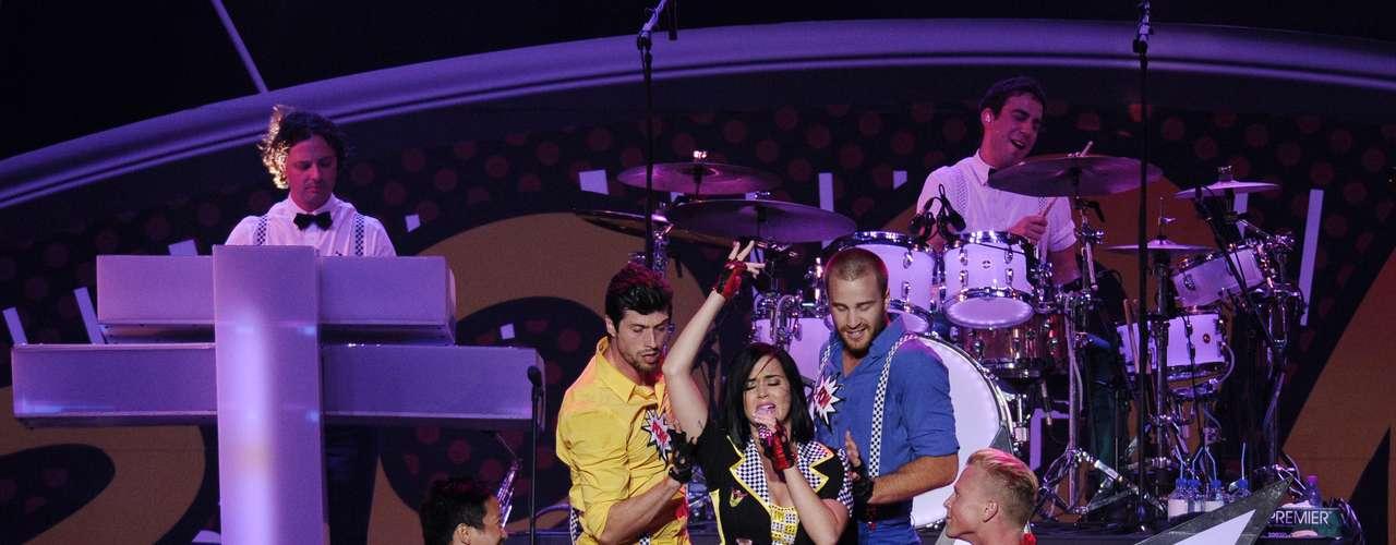 El cuerpo de bailarines que acompañó a la estrella en el concierto, acarició su anatomía sin complicaciones.