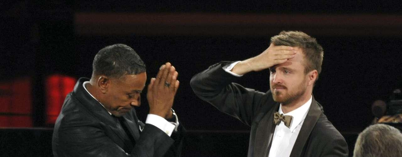 Aaron Paul (der.) no podía creer que había ganado el premio al Mejor Actor de Reparto en una Serie Dramática por Breaking Bad, y prácticamente se disculpó con su contrincante de la misma serie en la misma categoría, Giancarlo Esposito.