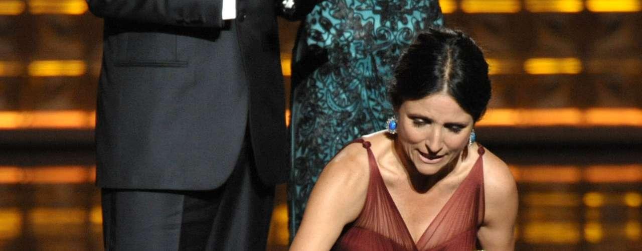 Cuando Julia Louis-Dreyfus ganó como Mejor Actriz en una Serie de Comedia por Veep, Amy Poehler se acercó al escenario para darle un misterioso papelito... ¿qué decía éste? \