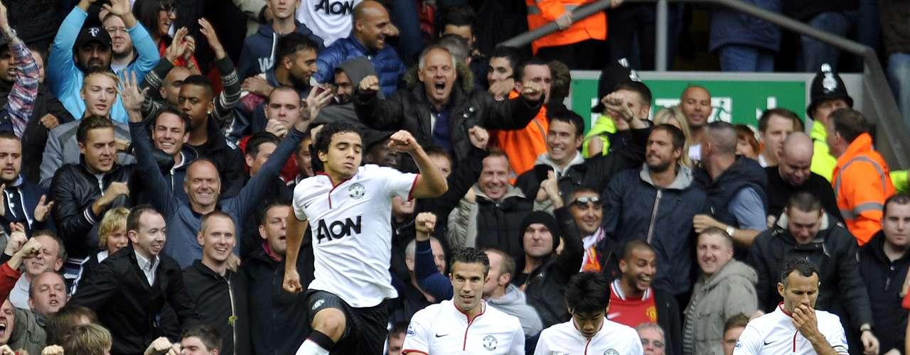 Manchester United le fue a ganar al Liverpool en su territorio para seguirlo hundiendo en el fondo de la tabla general. Los Red Devils llegaron a 12 unidades con la victoria para ponerse a un punto del líder Chelsea. Por ello el salto de alegría de Rafael da Silva.