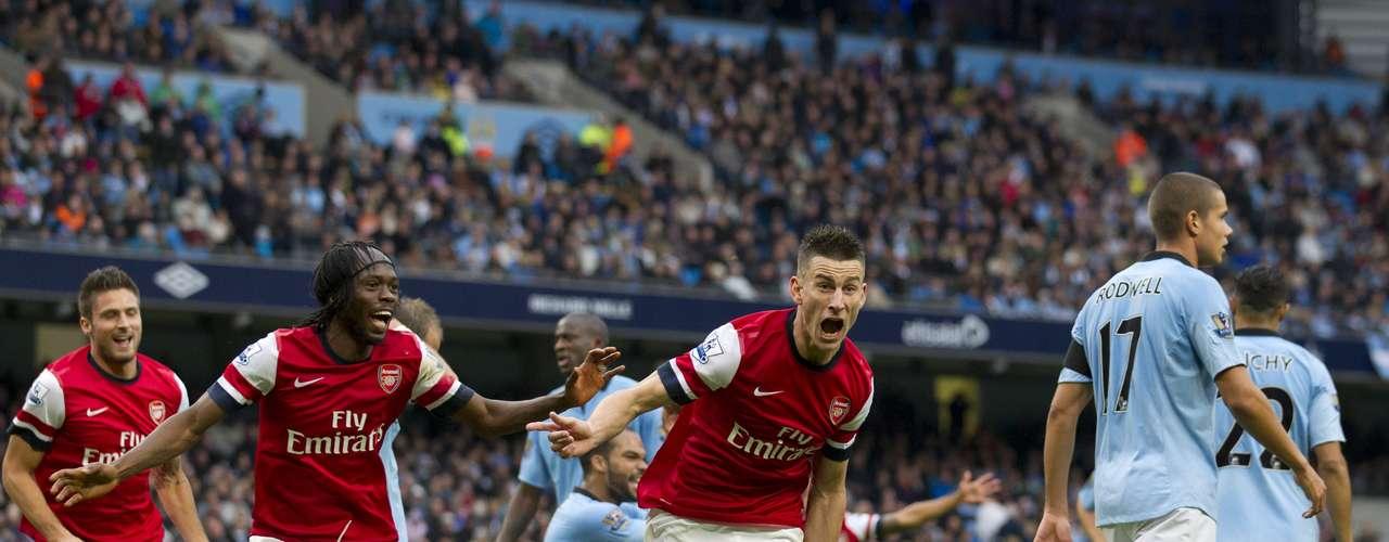 A ocho minutos de que terminara el partido, Laurent Koscielny le dio el empate 1-1 al Arsenal en casa del Manchester City. Ambas escuadras se quedaron con nueve puntos, aunque la diferencia de los 'Gunners' es mejor.