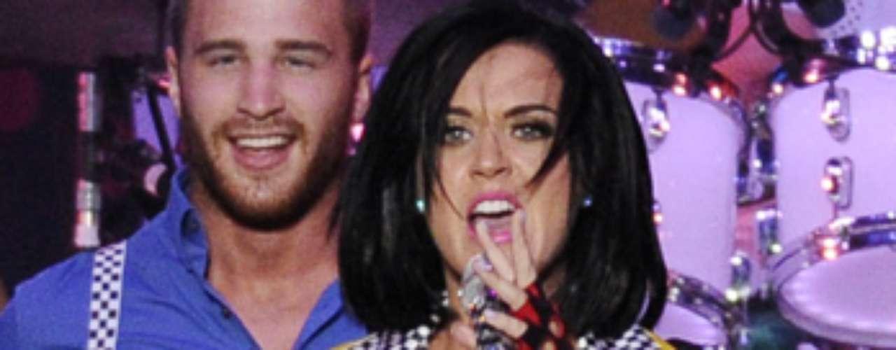 Katy Perry, que está en el ojo público debido a su posible relación con el también cantante John Mayer, fue el centro de atención previo al inicio de la carrera.