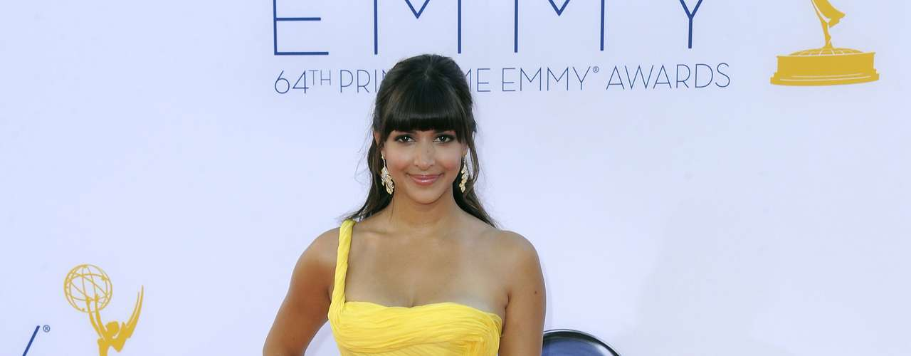 Hannah Simone really wanted to be fight off the heat with this yellow thing.