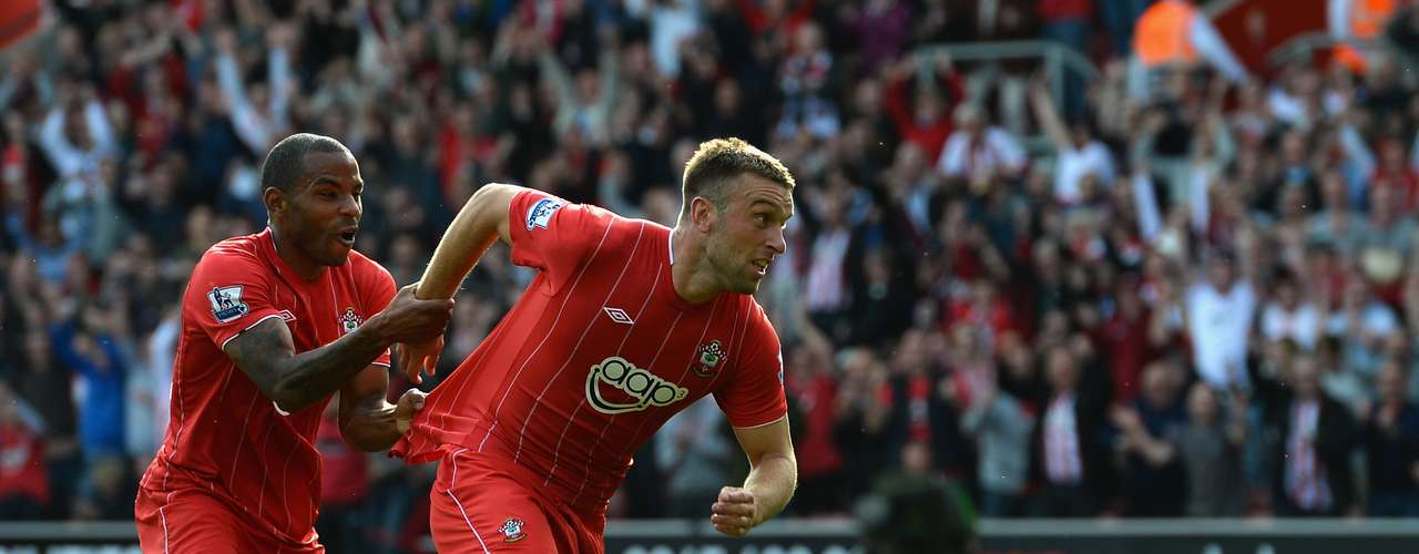Rickie Lambert y Jason Puncheon celebran la tremenda goleada que le metió Southampton de 4-1 a un Aston Villa que ni las manos metió.