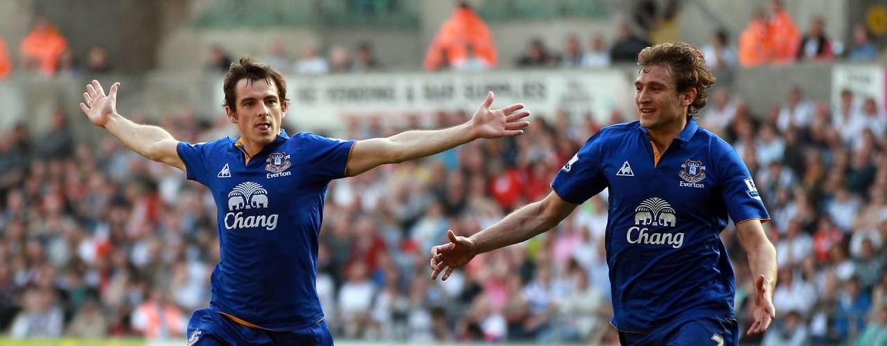 Leighton Baines abrió, a través de un tiro libre, el marcador con el que Swansea City goleó 3-0 a domicilio al Everton.