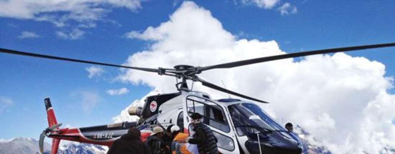 Además, los helicópteros pretenden recoger a los 13 alpinistas que todavía permanecen en el campamento base porque no pudieron ser rescatados debido a la densa niebla.