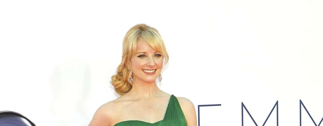 El color verde le siente muy bien a Melissa Rauch que supo combinar hasta con su peinado