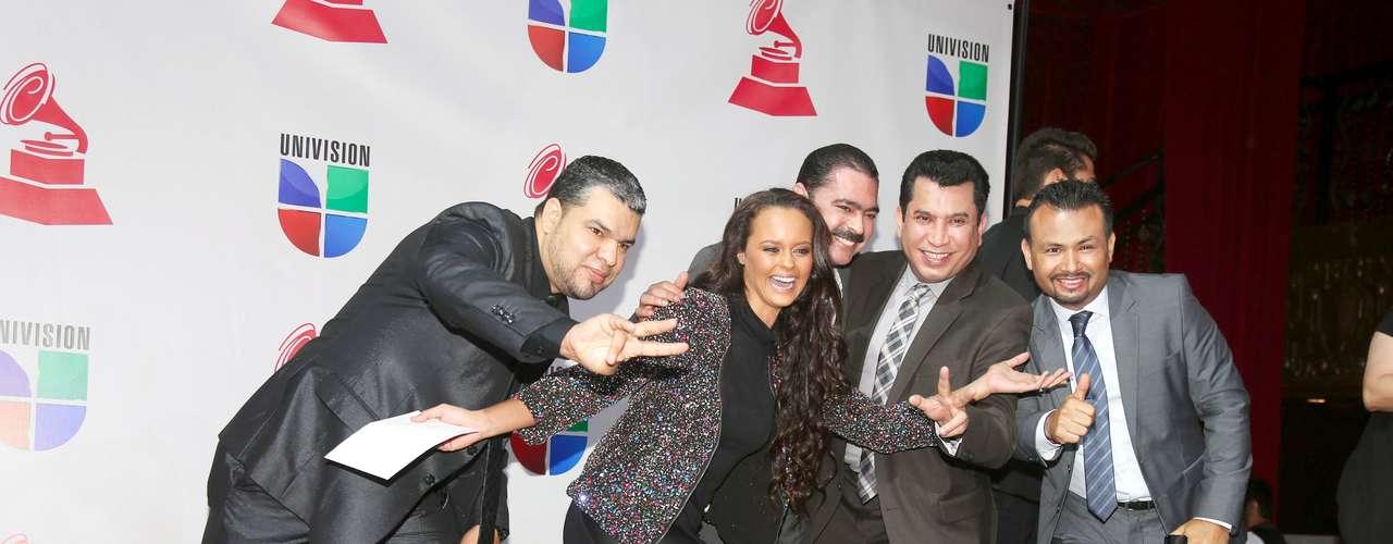 Shaila Dúrcal se divierte de lo lindo con los chicos de Los Tucanes de Tijuana, tras participar en el anuncio de los nominados al Latin Grammy 2012, en Los Ángeles.