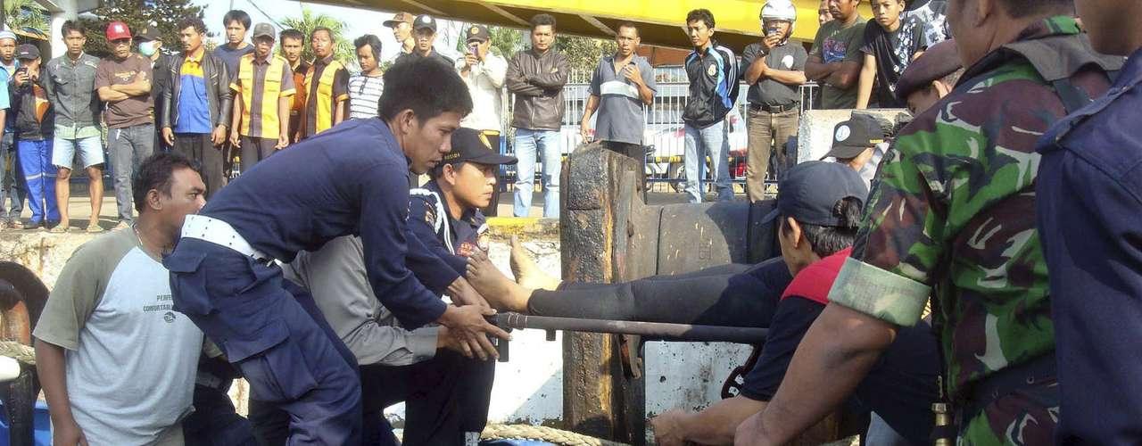 Cientos de personas mueren cada año en el archipiélago indonesio en naufragios que se ven favorecidos por la sobrecarga, el incumplimiento de las medidas de seguridad, infraestructuras precarias y el mal tiempo.
