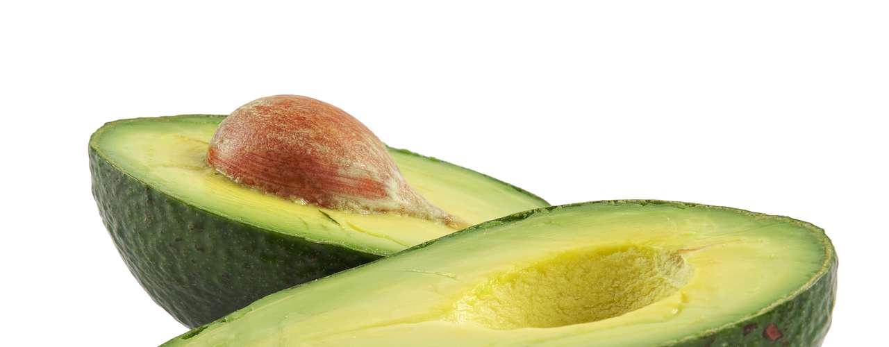 Aguacate: esta fruta contiene más que el doble el potasio de la banana: 975 miligramos. Incluso si no comes un aguacate entero de una vez, puedes aprovecharlo en ensaladas o sándwiches que también trae buenos resultados.