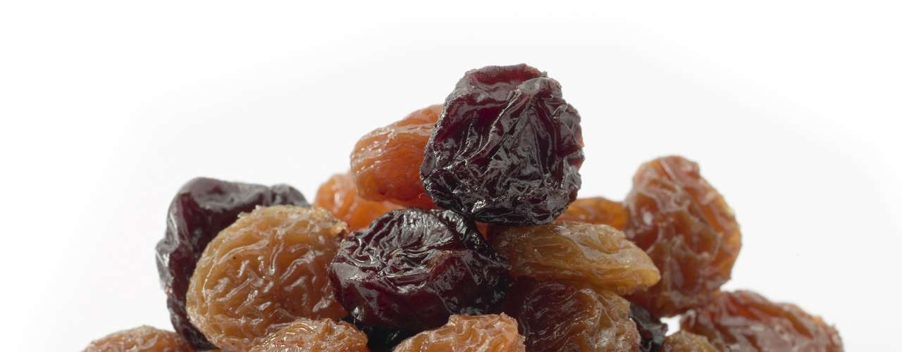 Pasas de uva: pequeños paquetes con pasas tienen 322 miligramos de potasio. Apenas cuidado con a las porciones grandes, porque la cantidad extra de azúcar puede aumentar las calorías.