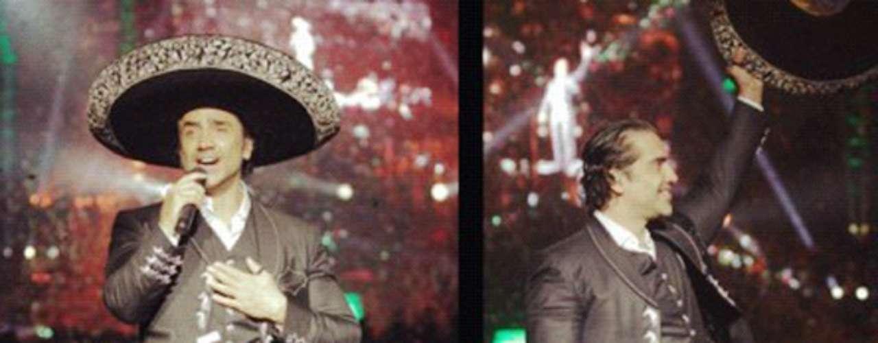 Alejandro Fernández, celebró 20 años de trayectoria artística, brindando, acompañado de mariachi, una velada muy mexicana, en el Auditorio Nacional de Ciudad de México. El recinto se volvió a vestir de fiesta con la presencia del músico, quien recordó sus orígenes musicales al entonar temas de la música popular de su país natal, así como baladas y hacerle un merecido homenaje a su padre Vicente Fernández, quien se encuentra actualmente embarcado en su gira de despedida.