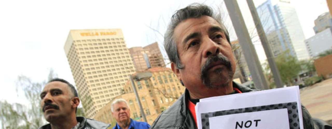 Por su parte un grupo de hispanos afirmó que los agentes al mando de Arpaio detuvieron algunos vehículos sólo para indagar la condición migratoria de personas durante patrullajes regulares de tránsito y durante 20 patrullajes especiales de inmigración.